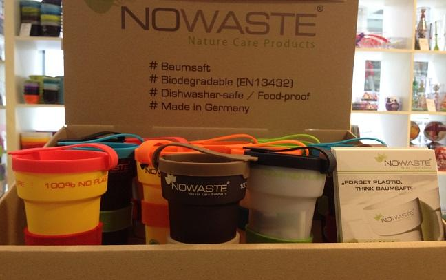 Eine Sammlung bunter Trinkbecher von Nowaste